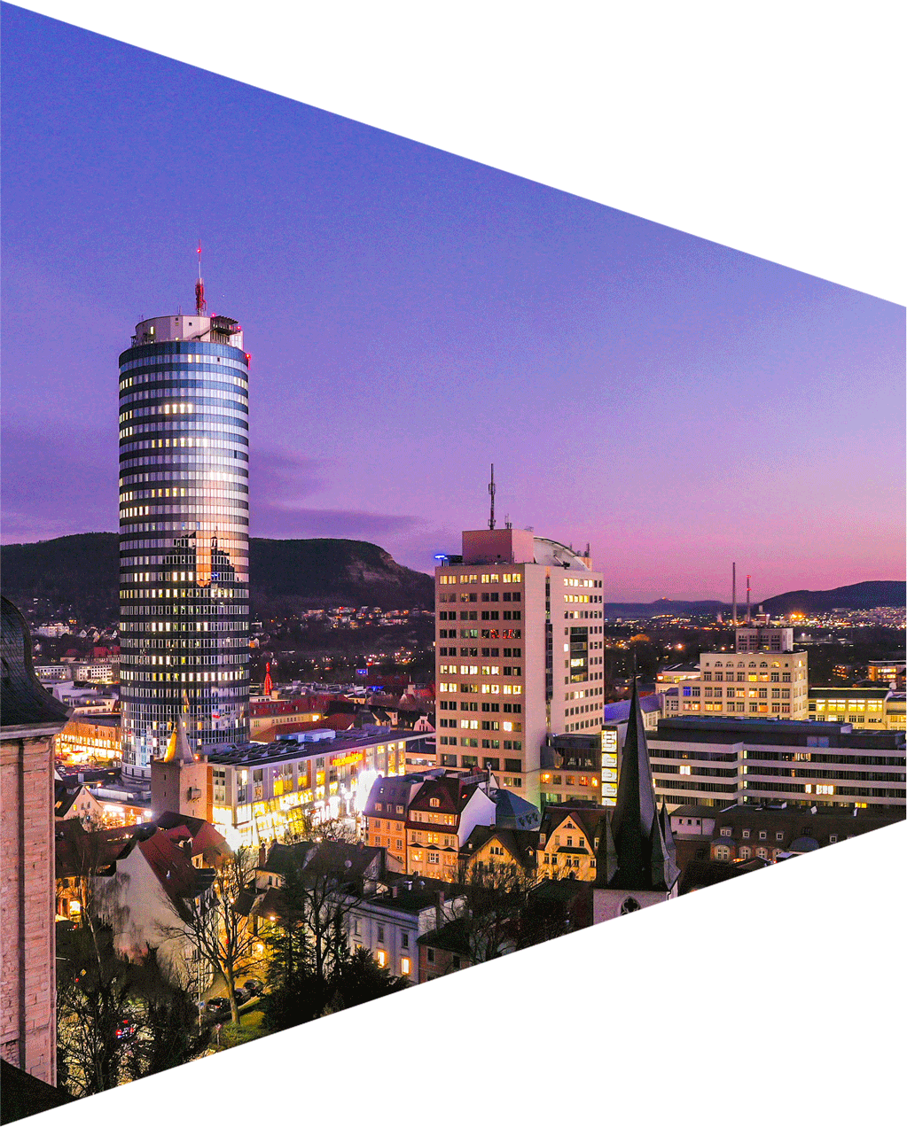 Blick auf die Innenstadt von Jena in der Dämmerung.