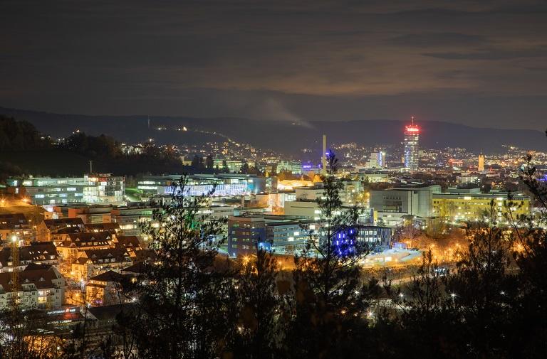 Blick über den Wissenschaftscampus am Beutenberg in Jena, bei Nacht, Häuser sind beleutet
