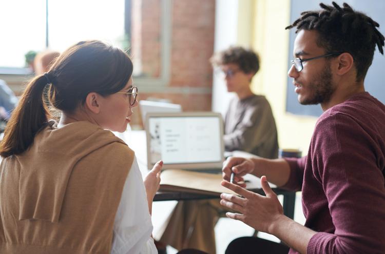 Mann und Frau im Gespräch, vom Betrachter abgewandt
