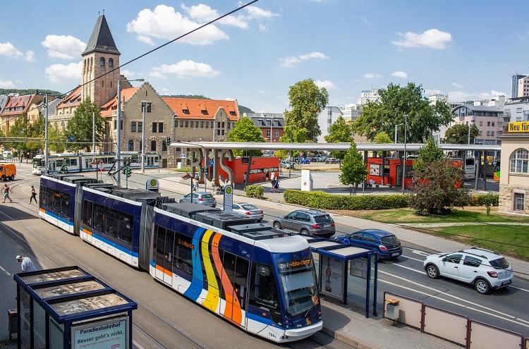 Kreuzung mit zahlreichen Autos und Straßenbahn, Blick von schräg oben