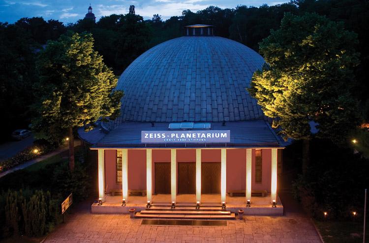 Planetarium - Haus mit Kuppel, Säulen am Eingang, bei Nacht, beleuchtet