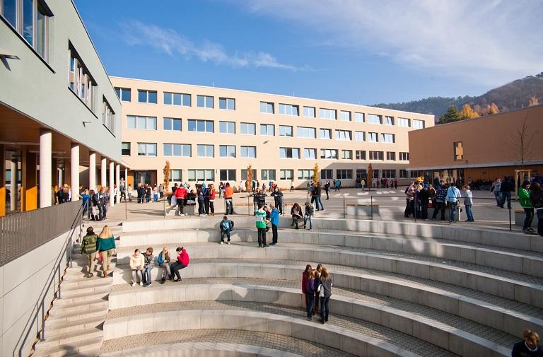 Schulhof der Jenaer Lobdeburgschule, Gebäude im Hintergrund, Treppen im Vordergrund