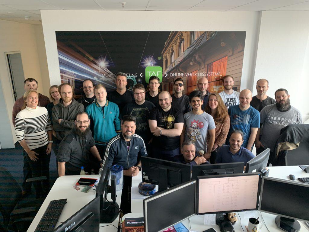 Gruppenfoto in einem Büro.