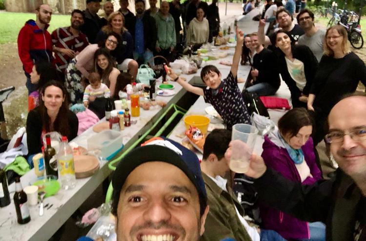 Gruppe von Menschen sitzen an einer langen Tafel